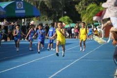 Το σχολικό αγόρι τρέχει κατά τη διάρκεια της φυλής ηλεκτρονόμων του φεστιβάλ αθλητικής ημέρας στοκ φωτογραφίες με δικαίωμα ελεύθερης χρήσης