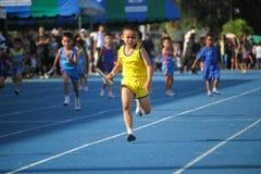 Το σχολικό αγόρι τρέχει κατά τη διάρκεια της φυλής ηλεκτρονόμων του φεστιβάλ αθλητικής ημέρας στοκ εικόνες με δικαίωμα ελεύθερης χρήσης