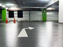 Το σωστό σημάδι στροφής και το σημάδι εξόδων κόλλησαν στους πράσινους στυλοβάτες και χαρακτηρίζουν τη σωστή στροφή στο χώρο στάθμ Στοκ Φωτογραφίες