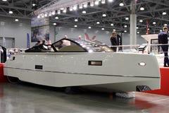 Το σύγχρονο άσπρο γιοτ για τη διεθνή βάρκα 10 παρουσιάζει στη Μόσχα Rus Στοκ Εικόνες