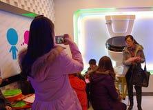 Το σύγχρονο γεύμα πελατών εστιατορίων θέματος χαράς κάθεται στην τουαλέτα στοκ φωτογραφίες