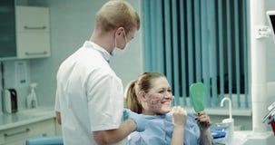 Το σύγχρονο δωμάτιο κλινικών, γιατρός έχει μια συνομιλία με τον ασθενή της μετά από μια mesotherapy ή vampirefacial διαδικασία, ε απόθεμα βίντεο