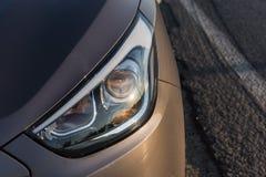 Το σύγχρονο επιβατικό αυτοκίνητο είναι στο δρόμο Στοκ φωτογραφίες με δικαίωμα ελεύθερης χρήσης
