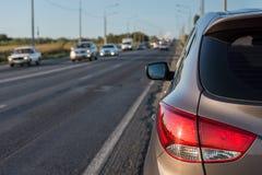 Το σύγχρονο επιβατικό αυτοκίνητο είναι στο δρόμο Στοκ Εικόνες