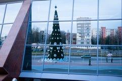 Το σύγχρονο κτήριο απεικονίζει την οδό πόλεων στις ημέρες των Χριστουγέννων Στοκ Εικόνες