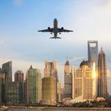 το σύγχρονο κτήριο με το επιβατηγό αεροσκάφος στο σούρουπο στη Σαγγάη, Κίνα Στοκ Φωτογραφίες