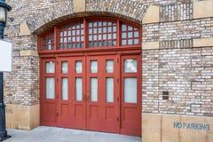 Το σύγχρονο κτήριο ύφους με την κόκκινους πόρτα και το τουβλότοιχο Στοκ Εικόνα