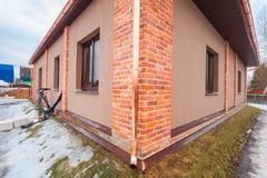 Το σύγχρονο σπίτι με το πεζούλι είναι κάτω από την κατασκευή αναδιαμορφώνει και δομικό υλικό για την ανακαίνιση Στοκ φωτογραφία με δικαίωμα ελεύθερης χρήσης