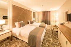 Το σύγχρονο δωμάτιο ξενοδοχείου με το μεγάλο κρεβάτι στοκ φωτογραφία με δικαίωμα ελεύθερης χρήσης