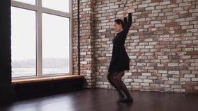Το σύγχρονο ballerina χορεύει δωματίων σοφιτών απόθεμα βίντεο
