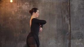 Το σύγχρονο ballerina χορεύει και παίζει με τη μαύρη φούστα fatine της απόθεμα βίντεο