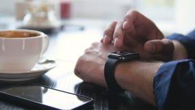 Το σύγχρονο smartwatch που χρησιμοποιείται στο α επανδρώνει το χέρι Έννοια συσκευών υψηλής τεχνολογίας 4K απόθεμα βίντεο