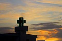Το σύμβολο νοσοκομείων συν με τον ουρανό βραδιού φαίνεται λυπημένο στοκ φωτογραφία με δικαίωμα ελεύθερης χρήσης