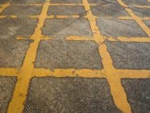 Το σύμβολο της γραμμής κυκλοφορίας, φορά τη στάση ` τ στο αυτοκίνητο στην οδική περιοχή Στοκ εικόνες με δικαίωμα ελεύθερης χρήσης