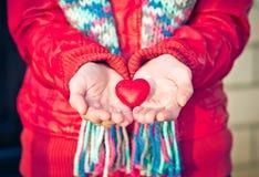 Το σύμβολο αγάπης μορφής καρδιών στη γυναίκα δίνει την ημέρα βαλεντίνων Στοκ Εικόνα