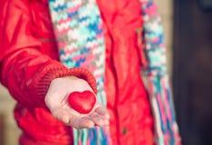 Το σύμβολο αγάπης μορφής καρδιών στη γυναίκα δίνει την ημέρα βαλεντίνων Στοκ Εικόνες