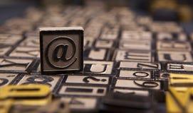 Το @ σύμβολο ξύλινο letterpress στοκ εικόνα