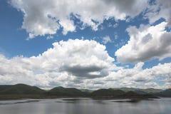 Το σύννεφο βροχής που κινείται στο μπλε ουρανό στο mae kuang φράσσει στην περιοχή doi saket στο chiangmai βόρεια της Ταϊλάνδης Στοκ Εικόνες