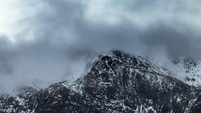 Το σύννεφο κάλυψε τη χιονώδη αιχμή του βουνού φιλμ μικρού μήκους