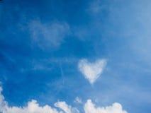 Το σύννεφο μοιάζει με την καρδιά στο μπλε ουρανό την ημέρα ηλιοφάνειας Στοκ εικόνες με δικαίωμα ελεύθερης χρήσης