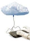Το σύννεφο που υπολογίζει, ένα πληκτρολόγιο είναι συνδεμένο με το σύννεφο Στοκ φωτογραφία με δικαίωμα ελεύθερης χρήσης
