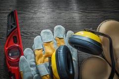 Το σύνολο ασφάλειας καλυμμάτων αυτιών φορά γάντια στο αδιάβροχο κατασκεύασμα μποτών δέρματος Στοκ Εικόνες