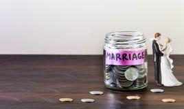 Το σύνολο βάζων γυαλιού των νομισμάτων και του γάμου ονομάζεται στοκ φωτογραφία με δικαίωμα ελεύθερης χρήσης