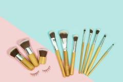 Το σύνολο βουρτσών makeup στο ροζ και το aqua χρωμάτισε το αποτελούμενο backgrou Στοκ εικόνα με δικαίωμα ελεύθερης χρήσης