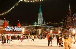 Το σύνολο δαχτυλιδιών πατινάζ των ανθρώπων στην κόκκινη πλατεία κατά τη διάρκεια του χρόνου Χριστουγέννων η Μόσχα Κρεμλίνο είναι  Στοκ φωτογραφία με δικαίωμα ελεύθερης χρήσης