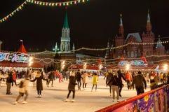 Το σύνολο δαχτυλιδιών πατινάζ των ανθρώπων στην κόκκινη πλατεία κατά τη διάρκεια του χρόνου Χριστουγέννων το κρατικό ιστορικό μου Στοκ εικόνα με δικαίωμα ελεύθερης χρήσης