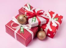 Το σύνολο διακοσμήσεων διακοπών υποβάθρου Χριστουγέννων κιβωτίων δώρων Χριστουγέννων παρουσιάζει σε ένα κόκκινο περιτύλιγμα το ρό στοκ εικόνα με δικαίωμα ελεύθερης χρήσης