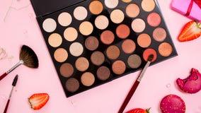 Το σύνολο διαφορετικής παλέτας σκιάς ματιών γυμνό, χαριτωμένο ρόδινο Î στοκ εικόνα με δικαίωμα ελεύθερης χρήσης