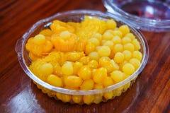 Το σύνολο επιδορπίων αποτελείται από τις χρυσές σφαίρες φοντάν ζυγών αυγών πτώσεων cooke Στοκ Εικόνα