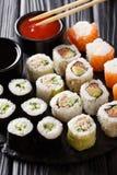 Το σύνολο ιαπωνικών ρόλων στην κατάταξη εξυπηρετείται με τις σάλτσες γ Στοκ Φωτογραφία