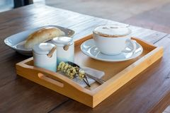 το σύνολο καφέ, cappuccino στο άσπρο φλυτζάνι καφέ με το ψωμί επιζητά επάνω Στοκ φωτογραφίες με δικαίωμα ελεύθερης χρήσης