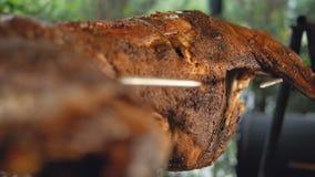 Το σύνολο λίγο πρόβατο προετοιμάζεται και περιστρέφεται σε έναν οβελό Τηγανισμένο κρέας στην οδό BBQ εγκατάσταση φιλμ μικρού μήκους