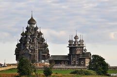 Το σύνολο ξύλινης αρχιτεκτονικής στο νησί Kizhi Μεταμόρφωση εκκλησιών και η μεσολάβηση της Virgin στοκ εικόνα με δικαίωμα ελεύθερης χρήσης