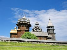 Το σύνολο ξύλινης αρχιτεκτονικής στο νησί Kizhi Μεταμόρφωση εκκλησιών και η μεσολάβηση της Virgin στοκ εικόνες