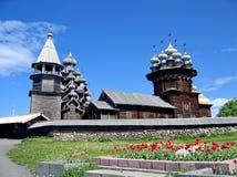 Το σύνολο ξύλινης αρχιτεκτονικής στο νησί Kizhi Μεταμόρφωση εκκλησιών και η μεσολάβηση της Virgin στοκ εικόνες με δικαίωμα ελεύθερης χρήσης