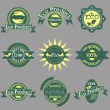 Το σύνολο πράσινων ετικετών και διακριτικών με τα φύλλα για τα οργανικά, φυσικά, βιο και φιλικά προϊόντα eco απομόνωσε σε γκρίζο διανυσματική απεικόνιση