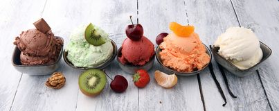Το σύνολο σεσουλών παγωτού των διαφορετικών χρωμάτων και των γεύσεων με είναι στοκ φωτογραφία με δικαίωμα ελεύθερης χρήσης