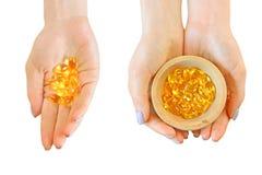 Το σύνολο φυσικών ωμέγα 3 καψών βιταμινών σε ένα κορίτσι δίνει, απομονωμένος στο λευκό στοκ εικόνες με δικαίωμα ελεύθερης χρήσης
