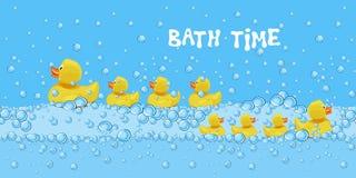 Το σύνολο χαριτωμένων λαστιχένιων παιχνιδιών παπιών που κολυμπούν στο νερό λουτρών με το σαπούνι βράζει απεικόνιση αποθεμάτων