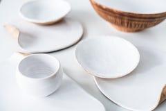 Το σύνολο όμορφου χειροποίητου κεραμικού, διάφορο τα πιάτα Στοκ εικόνα με δικαίωμα ελεύθερης χρήσης