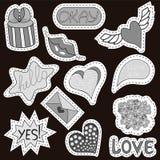 Το σύνολο comics σκίτσων αυτοκόλλητων ετικεττών με τις καρδιές, ομιλία βράζει, κείμενο δροσερό, αγάπη, αστραπή, χείλια, δαχτυλίδι διανυσματική απεικόνιση