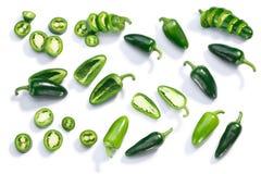Το σύνολο Jalapeno chiles τεμάχισε τεμαχισμένος, κορυφή, πορείες στοκ εικόνα