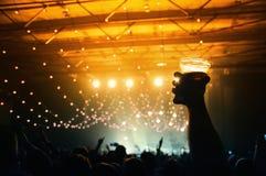 Το σύνολο ατόμων της χαράς με μια μπύρα σε δικοί του παραδίδει μια συναυλία στη λέσχη Sant Jordi Στοκ Εικόνα