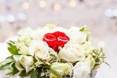 Το σύνολο γαμήλιων δαχτυλιδιών κόκκινος και άσπρος αυξήθηκε ληφθείσα κινηματογράφηση σε πρώτο πλάνο γάμος σκαλοπατιών πορτρέτου φ Στοκ εικόνες με δικαίωμα ελεύθερης χρήσης