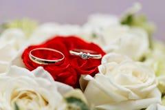 Το σύνολο γαμήλιων δαχτυλιδιών κόκκινος και άσπρος αυξήθηκε ληφθείσα κινηματογράφηση σε πρώτο πλάνο γάμος σκαλοπατιών πορτρέτου φ Στοκ Εικόνα