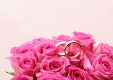 Το σύνολο γαμήλιων δαχτυλιδιών σε ρόδινο αυξήθηκε παρμένος Στοκ Φωτογραφίες